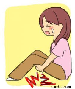 足を攣る女の人