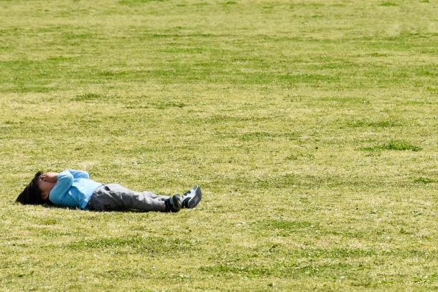 芝生に横たわる