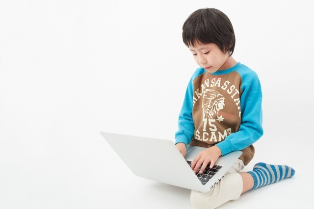 パソコンをする子