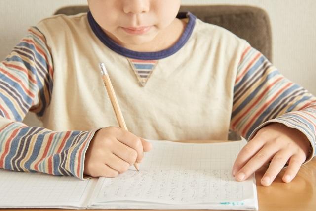 文字を書く子