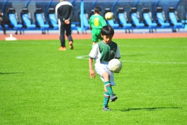 サッカーをする子