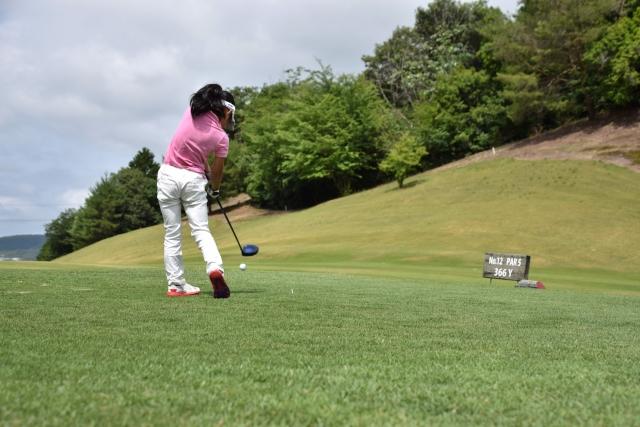 ゴルフをする子