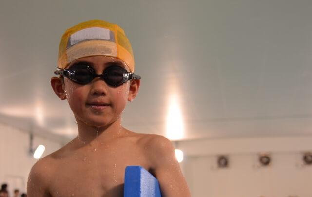 水泳クラブの男の子