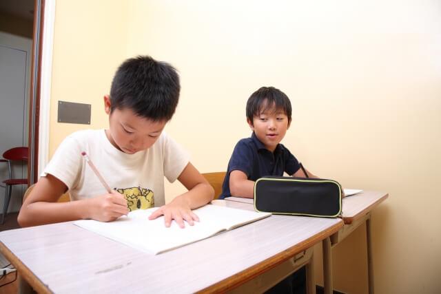 学習塾で勉強する男の子
