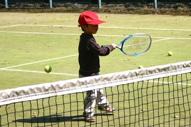 テニスをする子