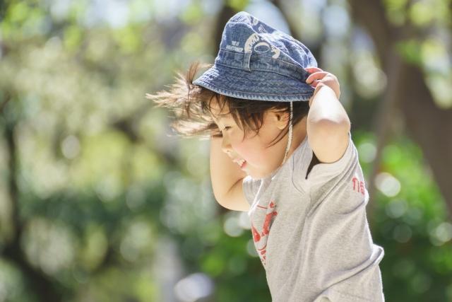 帽子をつかむ子供