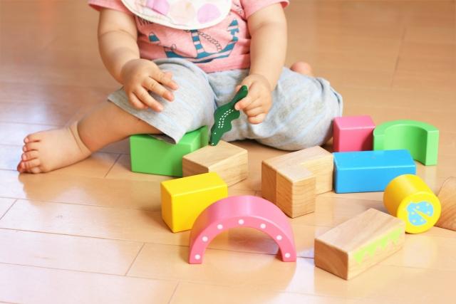 ブロックで遊ぶ子