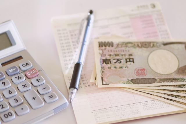通帳とお金と電卓