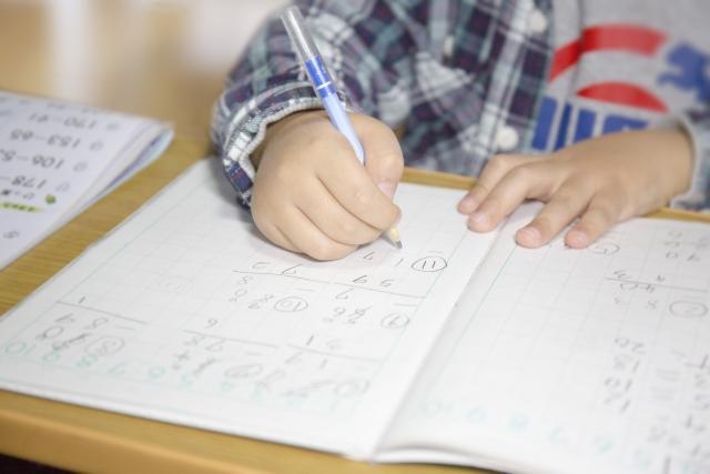物を書く子供の手