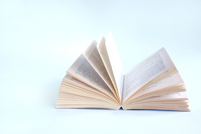ページがめくられる本