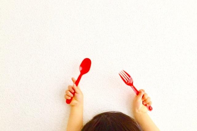 赤いスプーンとフォーク