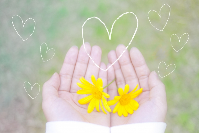 手の平に黄色いお花