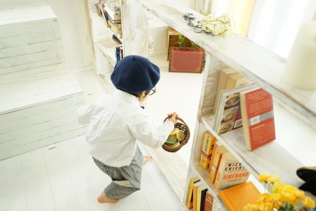 男の子と本棚