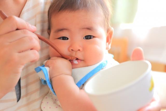 ごはんを食べる赤ちゃん