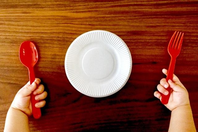 赤いフォークとスプーン