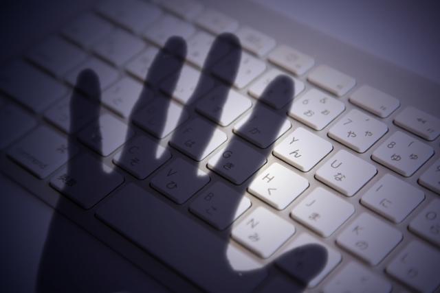 キーボードに手の影