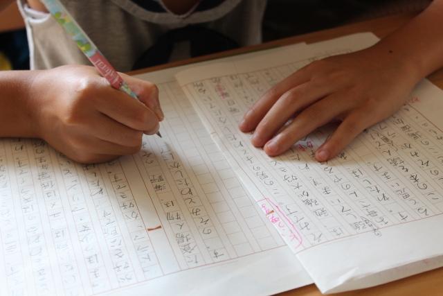原稿用紙を使う子供