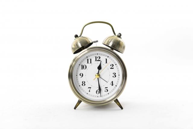 銀色の目覚まし時計