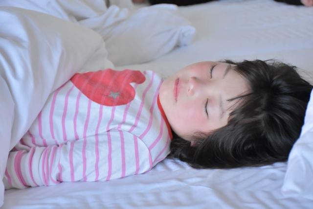 仰向けで眠る子供