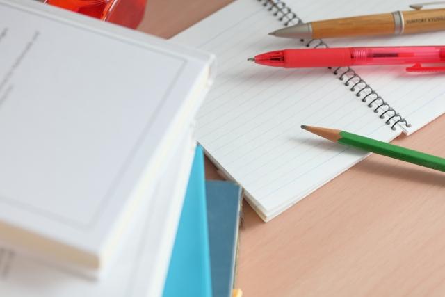 筆記用具と本