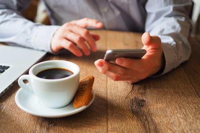 コーヒーとスマートフォン
