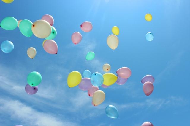 カラフルな風船空を舞う