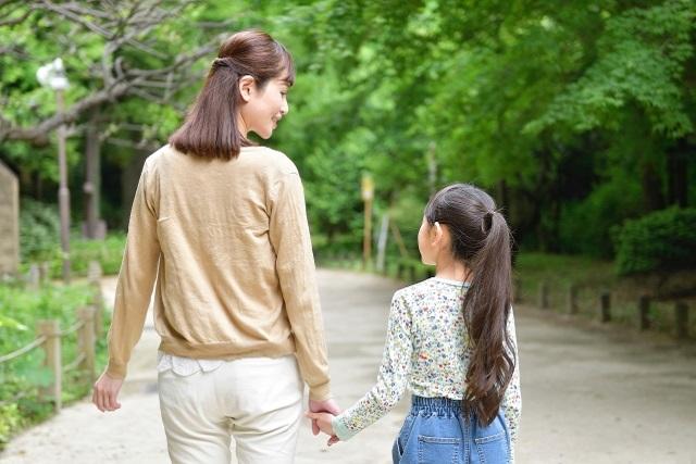 手を繋ぎ歩く親子