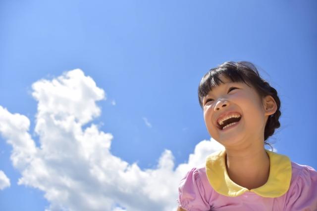 青空と笑顔の少女
