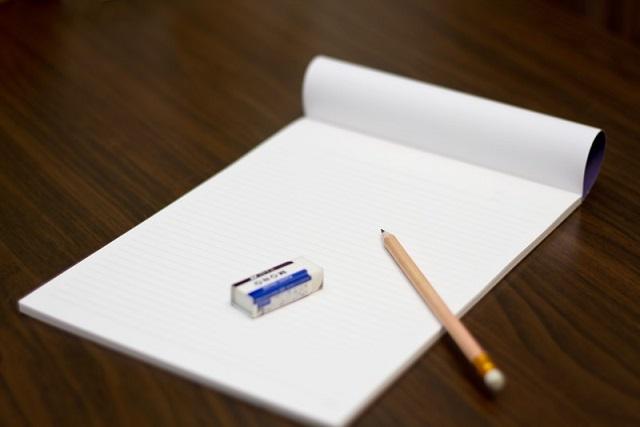 消しゴムと鉛筆とレポート用紙