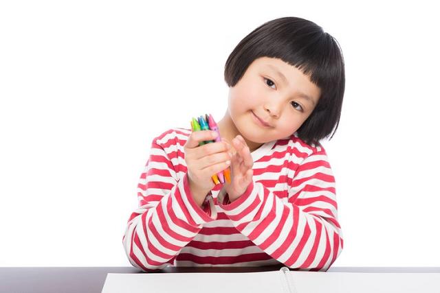 色ペンを持つ少女