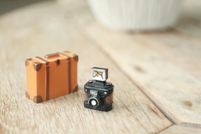 ミニチュアのカメラとトランク