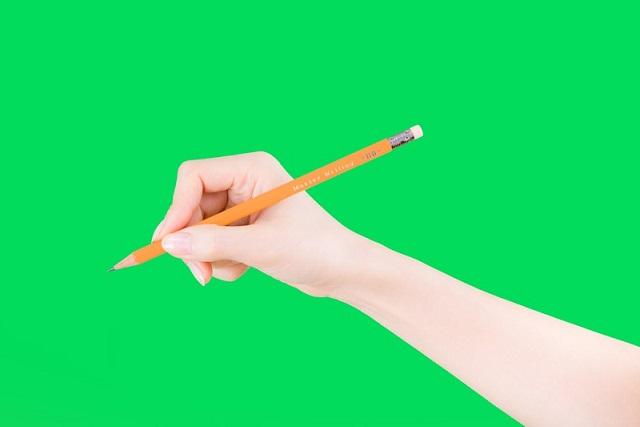 緑背景と鉛筆