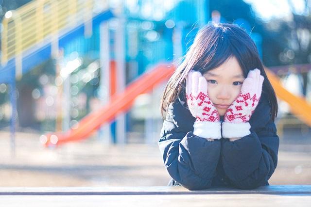 真冬の公園と少女