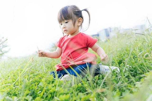 芝生の上に座る子供