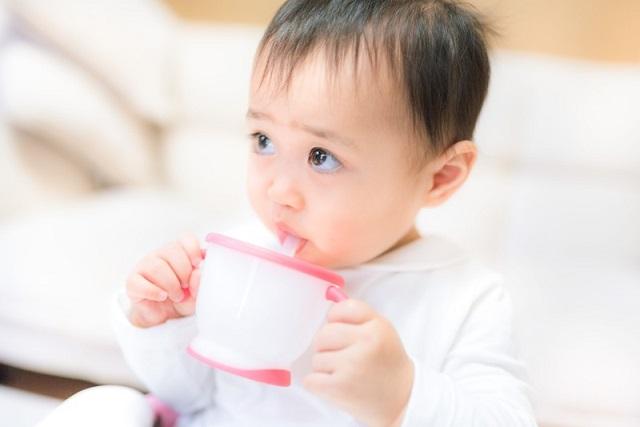 飲み物を飲む赤ちゃん