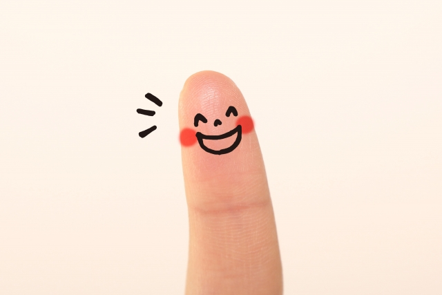 ニコニコ笑う指