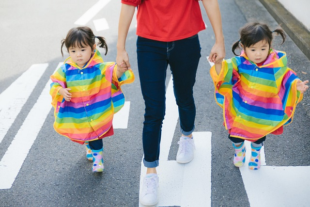 虹色のカッパを着た双子ちゃん