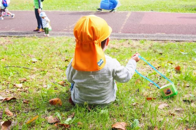 オレンジ色の帽子をかぶる子供