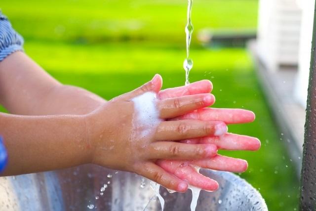 お水で手を洗う子供