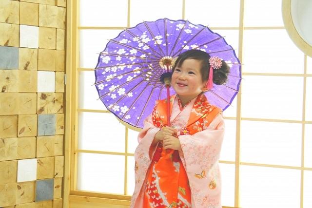 紫色の傘を持つ女の子
