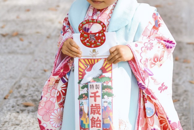 千歳飴を持つ小さな女の子