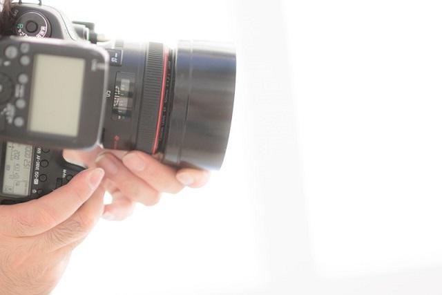 カメラマンの手とカメラ