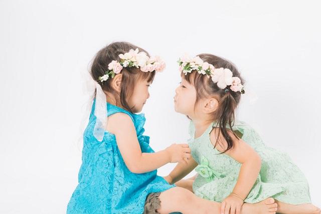 向かい合う小さな女の子たち