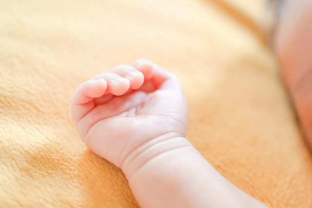 小さくてかわいい子供の手